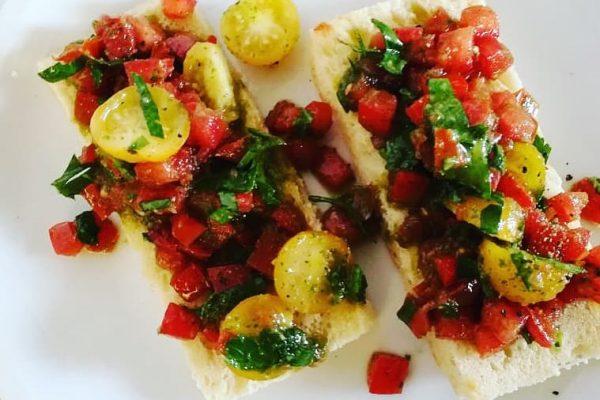 Hausgemachte Foccacia mit Tomaten und Basilikum